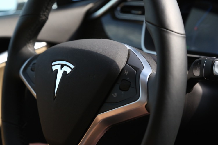 tesla steering-wheel-CU